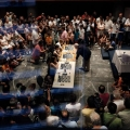 Μια πανοραμική άποψη της κατάμεστης αίθουσας «Μανόλης Αναγνωστάκης», με τον Κασπάροφ να αντιμετωπίζει τέσσερις νεαρές αντιπάλους